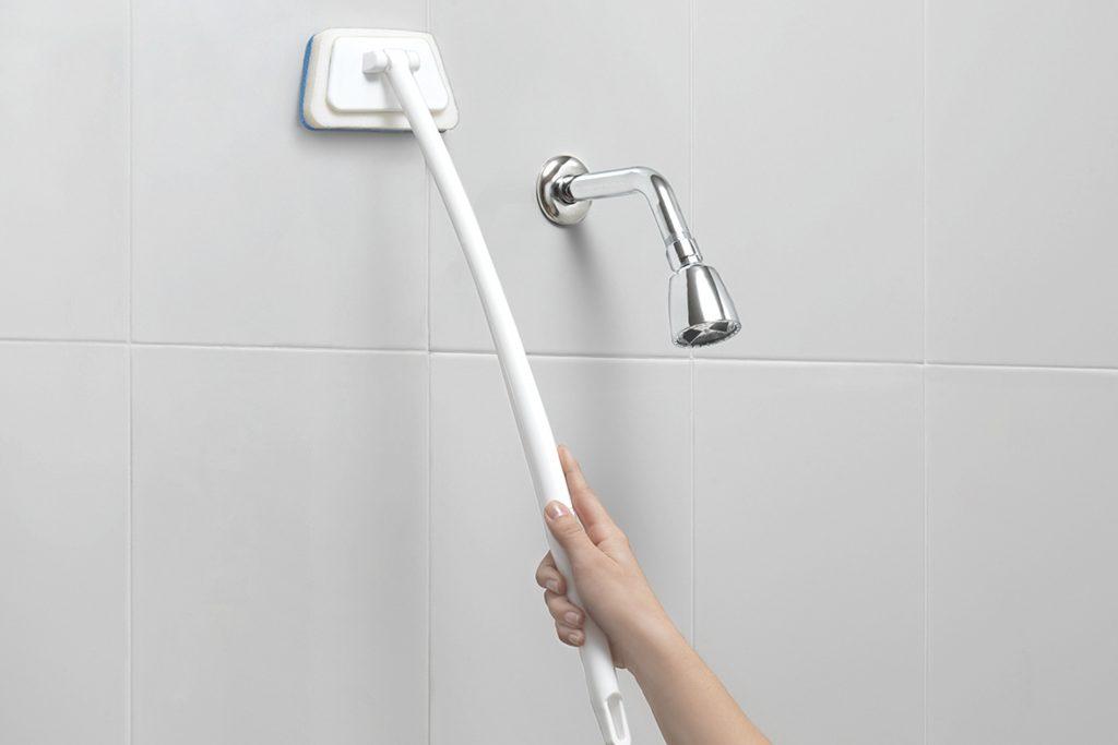Brazo Limpia Regadera Betterware - Ideal para alcanzar hasta lo más alto de las paredes y tener un baño limpio y ordenado.