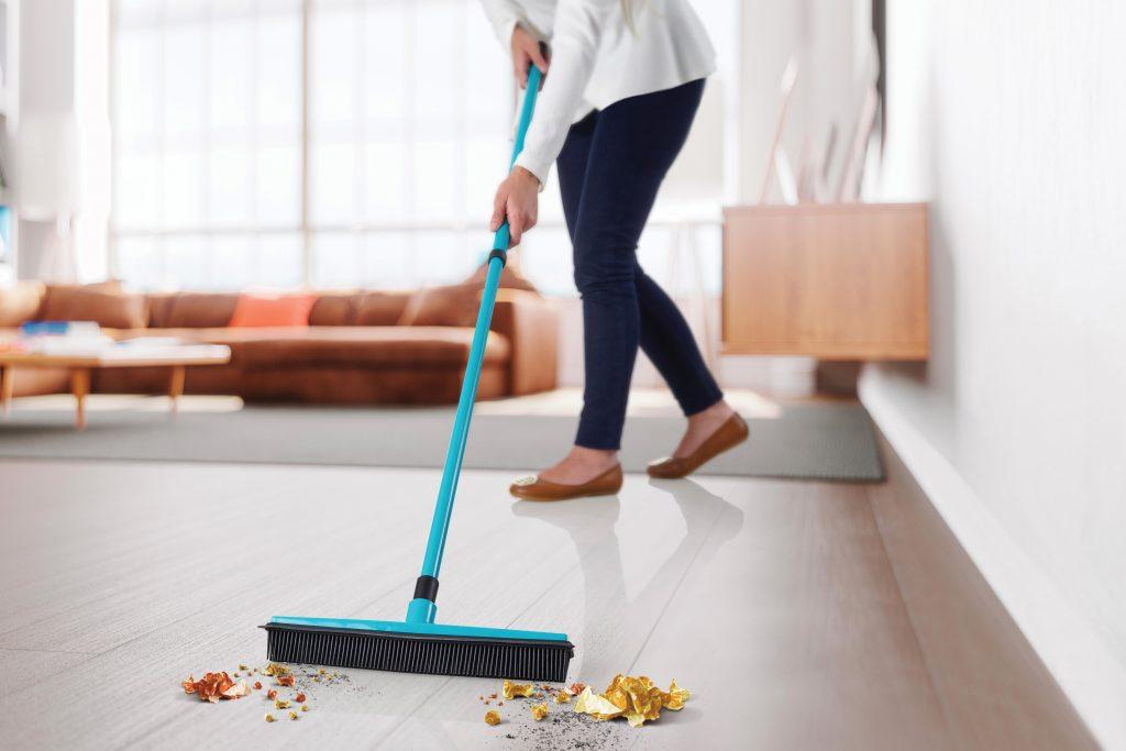 Escoba Pro Betterware, ideal para limpiar tus espacios.